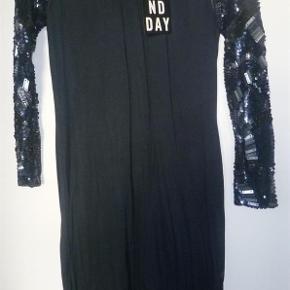 Varetype: Fantastisk kjole fra 2nd Day med sten og pailletter på ærmerne. Kjole fra skuldersøm og ned er 93 cm.  Oprindelig købspris: 1595 kr.   Fantastisk kjole fra 2nd Day - stadig med mærke på, desværre købt for lille - så derfor aldrig brugt.  100 &% viscose