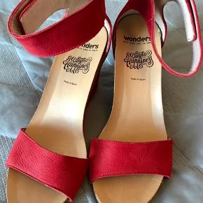 Sandal m. plateau-hæl/sål, ca. 5 cm. Brugt 4-5 gange. Sælges, da de er for høje til mig.