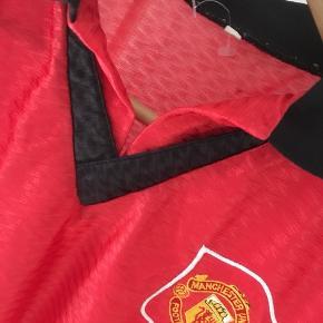 Gammel Manchester United trøje med Cantona #7 på ryggen. Som man kan se på billederne er den ikke original, men en meget sjov trøje med en legendarisk fodboldspiller på.  Tags: fodboldtrøje, fodboldtrøjer, fodbold