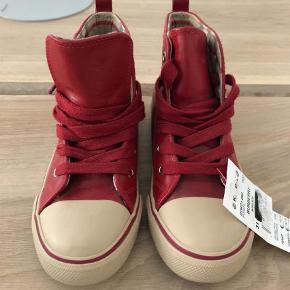 Varetype: Sko Farve: Røde  Helt nye Burberry sko i str. 31. Er købt i Dubai men i forkert størrelse.   Kan sendes hvis køber betaler porto.  Bytter ikke.