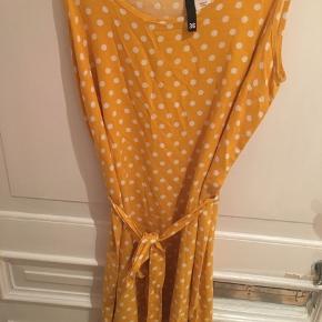 OBS: Sort/hvid ternet kjole er meget lille og svarer til en str. 32-34!  Den gule er brugt nogle enkelte gange, men den ternede er helt ubrugt.