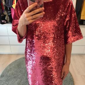Pink oversize paillet kjole fra Just, brugt få gange. Ingen pailletter er faldet af.  Den er oversize og kan fitte fra xs til m.