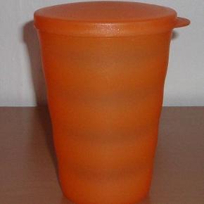 Drikke glas med låg fra Tupperware.  Den er en mellemting mellem næsten som ny og god men brugt.  der er ikke sugerørs hul i låget  Mindstepris : 39 kr plus porto Porto er : 37 kr. med DAO uden omdeling  Bytter Ikke