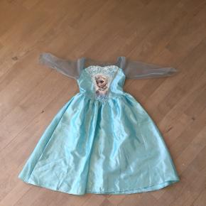 Fin Vinter Elsa-udklædningskjole fra filmen Frost. Et par pletter på skørtet- se billeder.