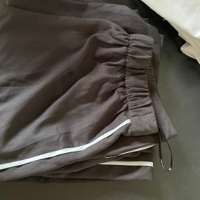 Brede bukser med hvid stribe i siden og elastik i taljen