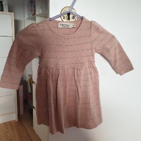 En Marmar kjole med indbygge bodystock brugt 2 gang fejler intet. Den er næsten som helt ny. Str 62. Jeg sender men kun hvis i betaler for fragt.
