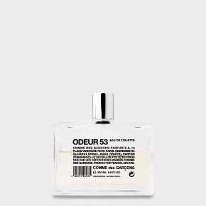 Parfume fra Comme Des Garcons  Model: Odeur 53 Størrelse: 200 ml EDT Odeur 53 anti parfume  Vanedannende bestseller fra Comme Des Garcons. Den nyeste teknologi er brugt til at klone dufte fra uorganiske materialer. Duften er unik & sjælden og minder mere om et pust af frisk luft end en egentlig duft. Duften er inspireret af duftene i naturens elementer - nyslået græs, sand, vinden etc.
