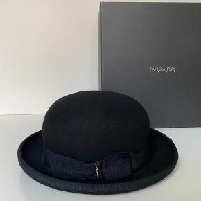 Patrizia Pepe Uld hat Aldrig brugt, men er blevet åbnet og prøvet på. PRIS: 500kr Æske følger med  BYTTER IKKE