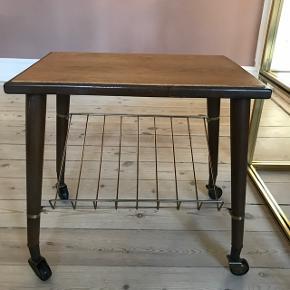 Fint lille bakkebord i to forskellige slags træ. Pæn stand. Mål: b: 35, l: 50, h: 50 cm.
