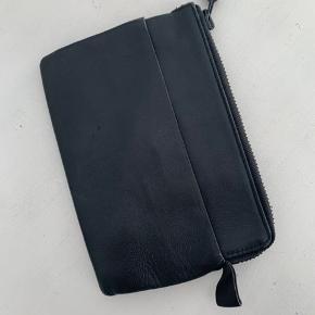 Acne clutch/pung i det lækreste læder Er brugt og har lidt brugstegn i kanterne   Måler 20 x 14 cm