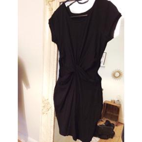 Sort kjole med wrap front og huller i siderneStr M Brugt få gange