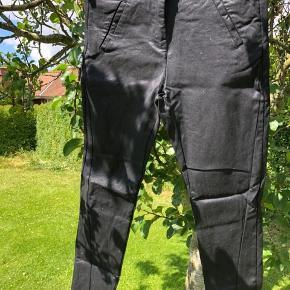 Virkelig fede bukser med glimmer! 😍 Det der ligner fnuller og slidtage er altså det glimmer som der er overalt på bukserne, men som er svær at fange på kameraet. 😅 jeg har forsøgt, men de kommer slet ikk til sin ret. Det er ikk glimmer som smitter af eller tabes, det er solidt indbygget i buksen, og det giver en rigtig fin effekt, når man bevæger sig i dem ☺️ De er lidt store i størrelsen og kan derfor også passe en L.   Sælges kun, da de er en smule for store til mig.