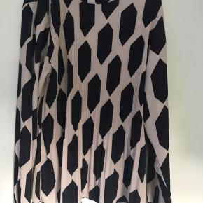 Bluse med lidt plissé. Der er lidt stræk i. Lukkes med to knapper i nakken. Brugt få gange.  Stor i størrelse.   Brystmål: 126 cm  Længde: 70 cm