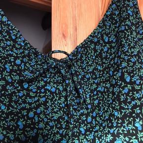 Sød vintage kjole med det fineste blomsterprint. Fitter en 36-38💓 ukendt mærke.
