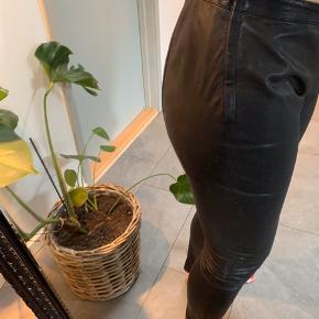 Fine skind bukser/leggins. Jeg har selv sat elastik i taljen (bag), så synes jeg de sidder lift bedre. Modellen er en str. 42, men svarer til en str 40.  Der er lynlås i siden. Der er en knap der mangler, men betyder intet for at holde bukserne oppe.