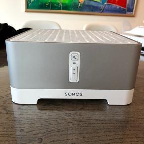 Sonos forstærker. Bruges til at forbinde højtalere (både indendørs og udendørs) til Sonossystem med styring af musik via Sonos app.  Står som ny. Har stået i teknikskab og derfor ingen slitage.