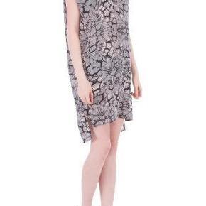 Varetype: Kjole Farve: Grå, hvid, rosa sort Oprindelig købspris: 1000 kr. Prisen angivet er inklusiv forsendelse.  Denne flotte kjole i 100 % silke er brugt en gang til konfirmationsfest. Den er virkelig flot på. Jeg havde en grå underkjole på under, så den er som ny, uden pletter eller andet. Bytter ikke med denne.