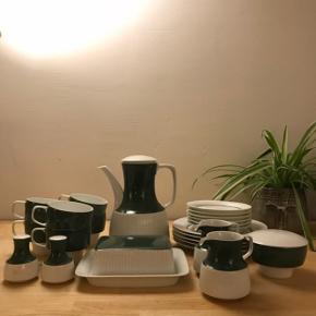 Antik Rosenthal Studio-line: ModulationDesign: Tapio Wirkkala Farve: Mørkegrøn  6 x kaffekopper 2 x flødekander 6 x underkopper 5 x sidetallerkener 1 x smørskjuler 1 x salt & peber sæt 1 x sukkerskål  Ingen skår  SÆLGES KUN SAMLET