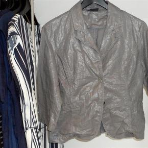 Varetype: blazer Farve: Grå Oprindelig købspris: 699 kr.  bryst 2*47 længde 57