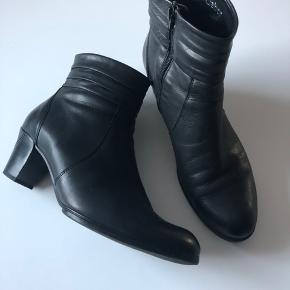 Lækre Gabor støvler der bare er for store efter vægttab 😥 Fejler intet og er bløde som sutsko at gå i. Nypris kr. 1200,- Sælges fir kr. 350,- + Porto eller afhentet i Odense S