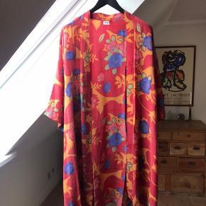 Super smuk kimono fra Relove and Roses i 100% silke. Er aldrig kommet i brug. Str. Er one size.
