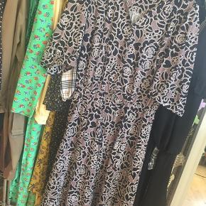 Mega fin vintage kjole. Har været meget i tvivl om det skulle sælges, men jeg får den desværre ikke brugt nok 🤷🏼♀️  Den passer en m.  På begge ærmer er der ikke en knap - jeg ved ikke om det er meningen eller de er faldet af (se billedet). Det er ikke noget, som man lægger mærke til ☀️  #30dayssellout
