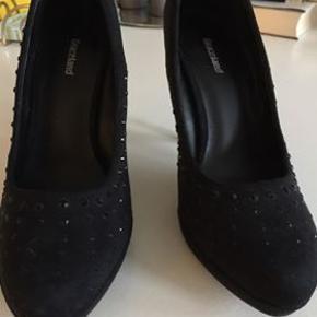 Sort høj sko med sten på( 10 cm hæl ) kun brugt få gange... Køber betaler porto.