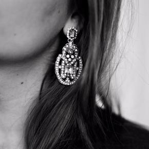 """Statement øreringe fra attstone / store øreringe / fest øreringe / oversize øreringe / lange øreringe / øreringe med sten / sølv farvede / bling / store """" diamant """" øreringe 💫 brugt nogle gange, men er i fin stand"""
