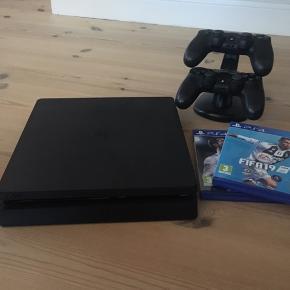PlayStation 4 slim, 500gb. Inkl. 2 originale controllers og FIFA 18 og 19  BYD gerne