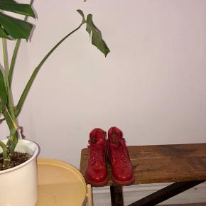 Seje timberland støvler i rød lak med snøre og gummi såler. Brugt få gange og i super fin stand.