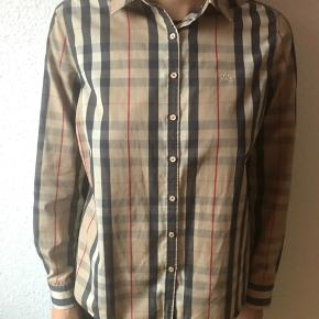 Classic Burberry shirt. It says size 46, but it also fits a 44, depends structure. I recommend you to come and try it out :-)