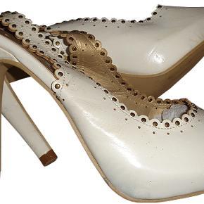 Høj sko fra Obsessions i str 37, hælhøjde 11,5 cm, plateu ca.  2 cm. Skoen er brugt og har lidt mærker da den er hvid men elles i ok stand.