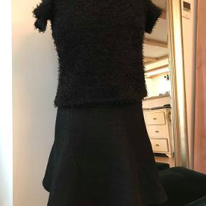 Sort kortærmet Zara strik med stretch. str. s/m.  100 kr.  Aldrig brugt.