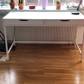 Fint hvidt skrivebord fra Ikea - 2 år gammelt, stort set ikke brugt. Enkelte brugsspor dog. Sælges grundet flytningen