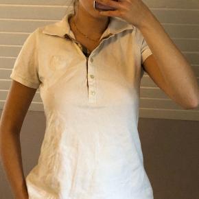 Burberry polo t-shirt i kvindemodel.  Super fin vintage model jeg har fået af min farmor.  Prisen er mindstepris :)