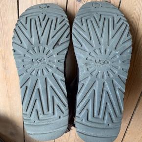 De er brugte, men nærmest aldrig udendørs, så sålerne er næsten som nye :-)