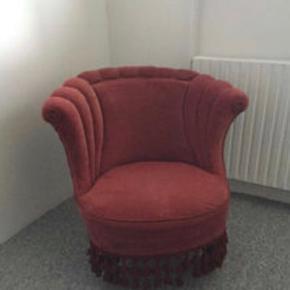 Sælger denne røde salonstol. Stolen er slidt i stoffet men er stadig rigtig fin.  Kom gerne med et bud,