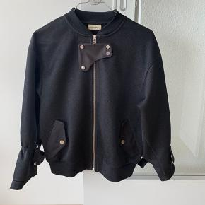 Cool bumper jakke fra By Malene Birger.  Lidt slitage på det ene ærme (se billede)  Afhentes på Østerbro eller sendes med DAO (betales af køber)