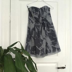 Flot stropløs kjole, str 4.  Befinder sig omkring Vesterbro Torv, men kan også sendes på købers regning 📦📬
