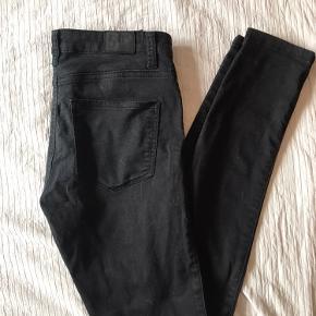 Super fede sorte Fiveunits-bukser i str 27. Modellen hedder Penelope skinny fit (første billede er lånt fra nettet, da bukserne er for store til mig). Har normal talje og sidder behageligt som Fiveunits' bukser gør :) Sælges udelukkende da de er blevet for store til mig. Jeg er 172 cm og længden passer fint der :) Er brugte men stadig pæne og sorte og logoet er fx ikke krakeleret. Ny pris var 600kr Røgfrit hjem  #GøhlerSellout