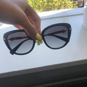 Bvlagri solbriller sælges, de er stadig i super flot stand med mindre brugsspor.   De blev købt i 2018 og trænger til at blive strammet en smule ind, hvilket kan gøres i Illum.   Nypris var omkring 2600kr  Kvitteringen haves.   Kun seriøse henvendelser - tak.   Jeg tager gerne imod bud