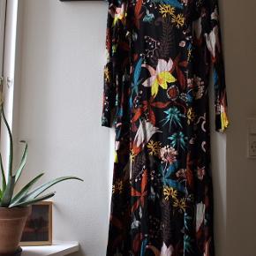 🌻 Rigtig fin ældre H&M kjole, med det fineste blomster mønster samt detalje med lukningen. Rigtig flot snit.   🌻 Kan hentes i København eller sendes mod modtager betaler fragt  🌻 Jeg har ryddet op i min garderobe og sælger defor flere ting, se gerne min profil 🌻