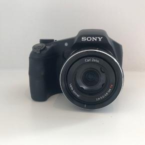 Sony CyberShot DSC-HX200V Digital Camera  Brugt, men i rigtig god stand.   Skulderrem og oplader er inkluderet.  Bemærk at oplader passer til UK stik, så der skal bruges en adapter til danske stik.   Flere billeder kan fremsendes.   Afhentes i Kbh K. Kan også sendes. Køber betaler porto
