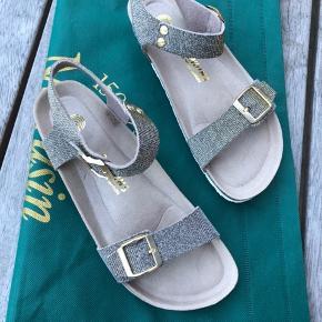 Flotte sandaler st. 40 købt i Spanien.  De har læderremme der kan reguleres, super behagelige at have på, lidt lige som Birkenstock.