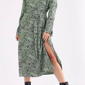 🦓🦓🦓🦓🦓🦓🦓🦓🦓🦓🦓🦓🦓🦓 Mega fed Mint farvet kjole fra Weekday. Med et Zebra agtigt mønster og bælte.  Str. M (Spørg efter mål)  Kan dog både passes af M-L-XL da den er justerbar i taljen og løstsiddende.  Byd gerne 🤍💚🖤🦓