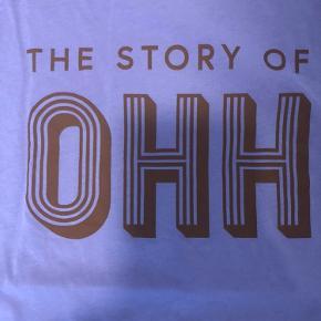 Flot lilla t-shirt med brun skrift fra Gestuz. Den er oversize.  Mål Bredde 2x53 cm Længde 59 cm Fejler intet
