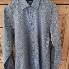 Super flot Brun & Stengade skjorte der er så godt som ubrugt. Nypris 500 kr