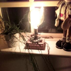 Idustrial lampe med glødepære, snoet stofledning og lysdæmper