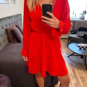 Rød flot kjole, sælges da den ikke bliver brugt. Passer en str s