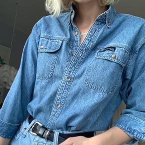 Sejeste vintage denim skjorte, som jeg sælger da jeg desværre ikke får den brugt nok.    Køber betaler fragt :)
